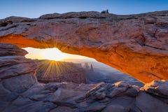 Salida del sol, Mesa Arch, parque nacional de Canyonlands Imágenes de archivo libres de regalías