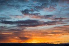 Salida del sol natural de la puesta del sol sobre campo o prado Cielo dramático brillante imágenes de archivo libres de regalías