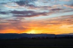 Salida del sol natural de la puesta del sol sobre campo o prado Cielo dramático brillante imagen de archivo