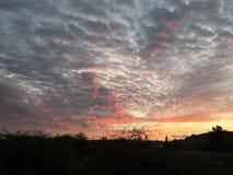Salida del sol natural de la puesta del sol sobre pueblo Cielo dramático brillante y tierra oscura Paisaje del campo debajo del c ilustración del vector