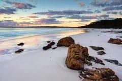 Salida del sol NSW Australia de la playa de Hyams imagenes de archivo
