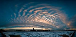 Salida del sol nublada en ciudad Foto de archivo libre de regalías
