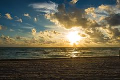 Salida del sol nublada en Miami Beach fotos de archivo libres de regalías