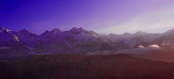 Salida del sol nublada hermosa en las montañas con nieve fotos de archivo