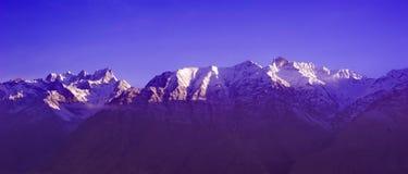 Salida del sol nublada hermosa en las montañas con nieve fotos de archivo libres de regalías