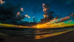 Salida del sol nublada sobre el mar del Caribe Fotos de archivo libres de regalías