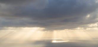 Salida del sol nublada sobre el Océano Atlántico Fotos de archivo libres de regalías