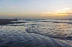 Salida del sol o puesta del sol de la playa del océano Imágenes de archivo libres de regalías