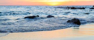 Salida del sol o puesta del sol sobre la opinión del mar de la playa tropical con el cielo anaranjado Imágenes de archivo libres de regalías