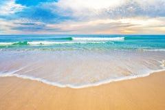 Salida del sol o puesta del sol tropical de la playa del océano Imágenes de archivo libres de regalías