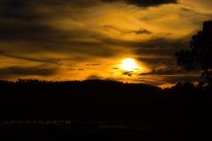 Salida del sol o puesta del sol en la montaña Fotos de archivo libres de regalías