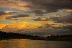 Salida del sol o puesta del sol en la montaña Imagen de archivo