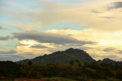 Salida del sol o puesta del sol en la montaña Fotos de archivo