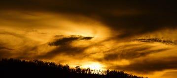Salida del sol o puesta del sol en la montaña Foto de archivo