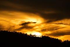 Salida del sol o puesta del sol en la montaña Imágenes de archivo libres de regalías