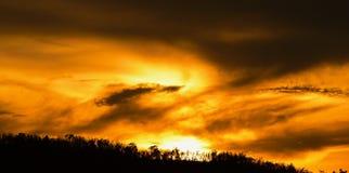 Salida del sol o puesta del sol en la montaña Fotografía de archivo