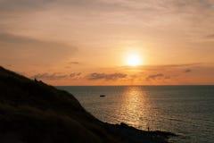Salida del sol o puesta del sol hermosa sobre el mar tropical en phuket Tailandia Fotos de archivo libres de regalías
