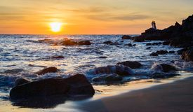 Salida del sol o puesta del sol sobre la opinión del mar de la playa tropical con el cielo anaranjado Fotos de archivo