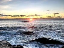 Salida del sol del océano del paseo del acantilado imagen de archivo libre de regalías