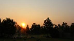 Salida del sol del otoño en la madrugada de Rupite Bulgaria - el ver fumes del agua mineral caliente fotografía de archivo libre de regalías