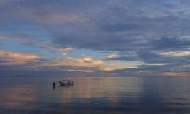 Salida del sol púrpura azul en el mar de Bali Imagen de archivo