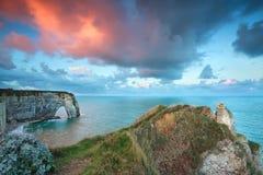 Salida del sol púrpura dramática sobre costa atlántica Fotografía de archivo