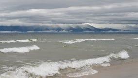 Salida del sol púrpura y rosada sobre el lago Baikal fotografía de archivo libre de regalías