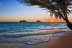 Salida del sol pacífica en la playa de Lanikai en Hawaii Foto de archivo libre de regalías