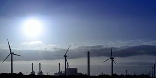 Salida del sol panorámica detrás central electrica Fotografía de archivo libre de regalías