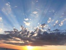 Salida del sol perfecta en el vacantion de la playa imágenes de archivo libres de regalías