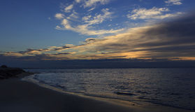 Salida del sol, playa en Bibione, Italia Imagen de archivo libre de regalías