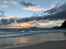 Salida del sol por el conejo y x28; Manana& x29; e isla de la roca en la playa de Waimanalo imagen de archivo