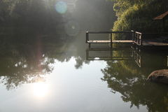 Salida del sol por el lago Foto de archivo