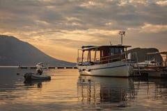 Salida del sol por el puerto de Budva Foto de archivo