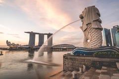 Salida del sol por la mañana en Merlion, Marina Bay, Singapur Foto de archivo