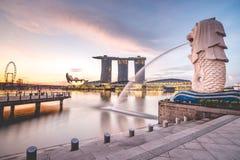 Salida del sol por la mañana en Merlion, Marina Bay, Singapur Imagen de archivo