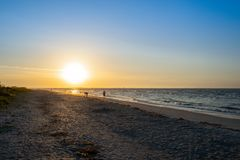 Salida del sol por la playa imagen de archivo libre de regalías