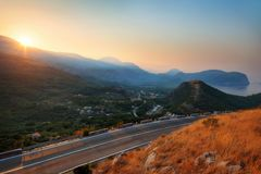 Salida del sol del pueblo de la costa de Montenegro foto de archivo libre de regalías