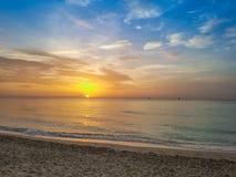 Salida del sol, puesta del sol, arena, verano, océano y cielo de la playa fotos de archivo