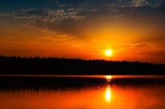 Salida del sol/puesta del sol hermosas sobre el lago tranquilo Foto de archivo libre de regalías