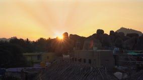 Salida del sol que pasa por alto las piedras almacen de metraje de vídeo
