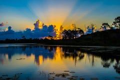 Salida del sol que refleja en el lago imagen de archivo
