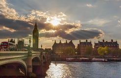 Salida del sol que sorprende en Londres, Europa imagen de archivo