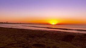 Salida del sol radiante de la playa del mar almacen de metraje de vídeo