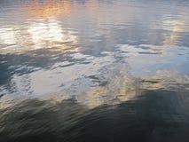 Salida del sol reflectora del agua Fotos de archivo libres de regalías
