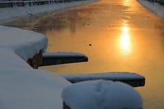 Salida del sol reflejada en agua Fotos de archivo