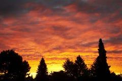 Salida del sol roja ardiente Imagenes de archivo