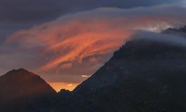 Salida del sol roja de la nube en Cárpatos fotos de archivo