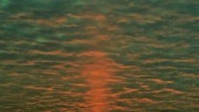 salida del sol roja 1950 del ` s a través de las nubes Imagen de archivo
