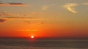 Salida del sol roja en el mar Foto de archivo